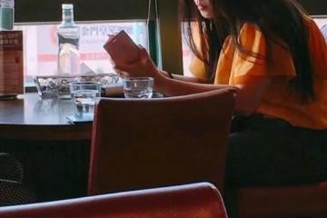 52岁王祖贤餐厅用餐穿着朴素难挡典雅气质