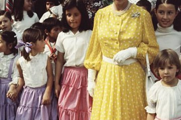 英王室三代穿波点装戴妃婆媳正经大气凯特穿出现代女人风貌