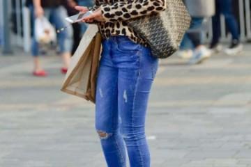 街拍破洞牛仔裤+高跟鞋的调配潮流时髦还能凸显腿长