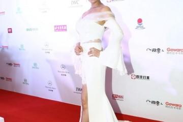 朱茵身段真有料身穿白色一字肩连衣裙性感高雅难掩凹凸身段